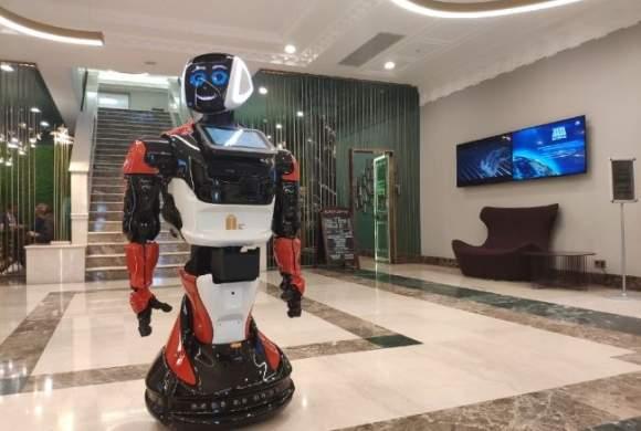 Элитный бизнес-центр Москвы уволил консьержей и нанял роботов