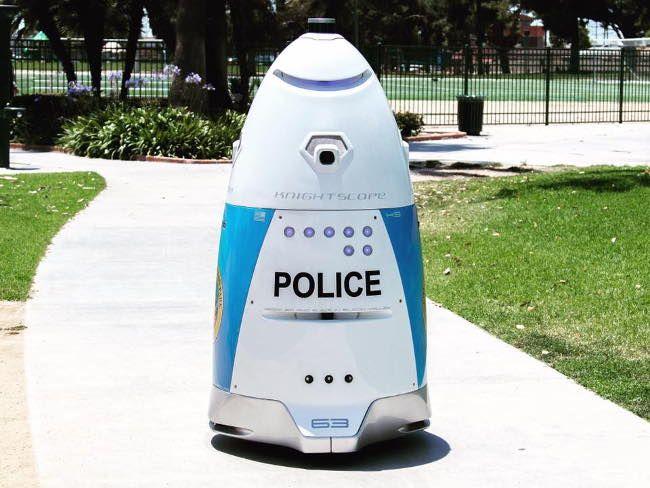 Робот-полицейский не смог вызвать помощь, когда началась драка на парковке