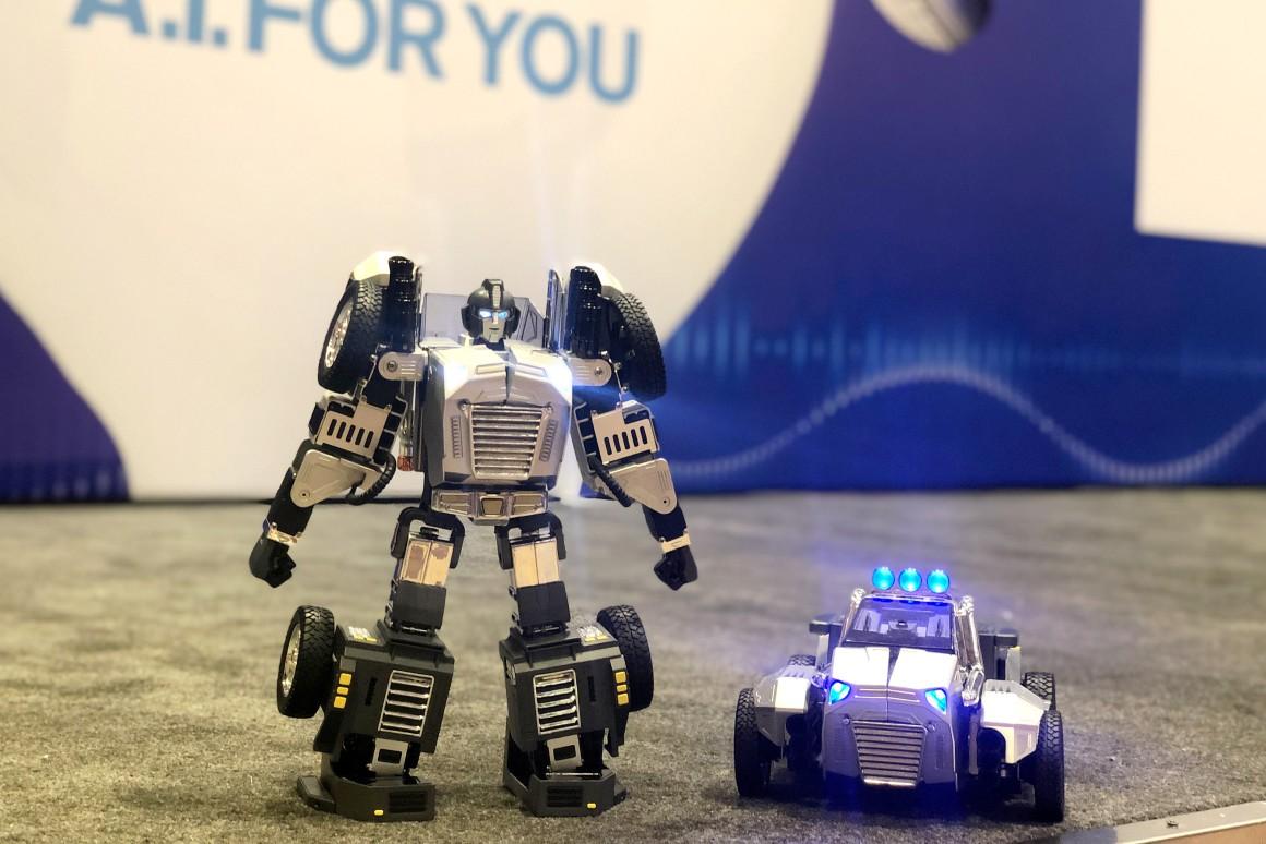 Робот с голосовым управлением Т9 может превратиться в машину которая будет ездить