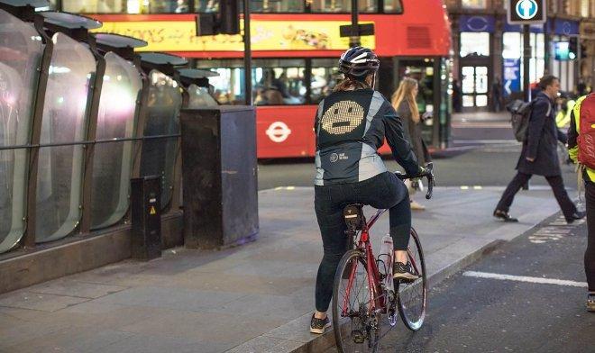 Ford разработал электронную велокуртку с сигнальными смайликами