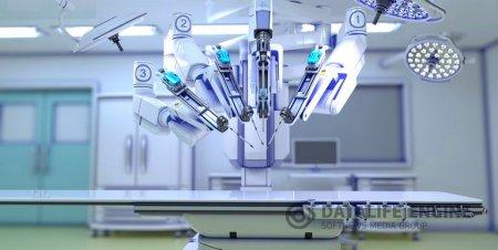 Индийский хирург успешно выполнил первую удаленную операцию с помощью робота.